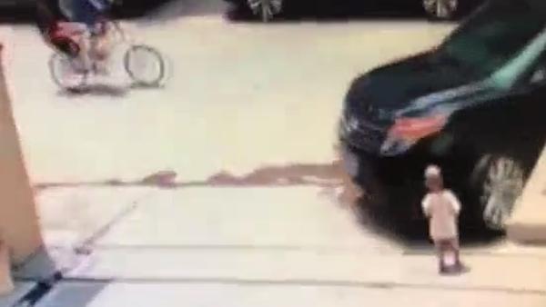 Công bố đoạn video tai nạn thương tâm của bé trai 1 tuổi bị nuốt chửng dưới bánh xe ô tô, khoảnh khắc người mẹ hoảng loạn gây ám ảnh - Ảnh 1.