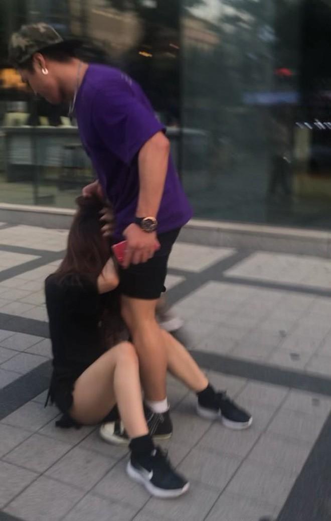 Trêu chọc nữ du khách nhưng bị ngó lơ, người đàn ông bực tức luôn miệng mắng chửi rồi lao vào túm tóc, hành hung cô gái dữ dội - Ảnh 4.