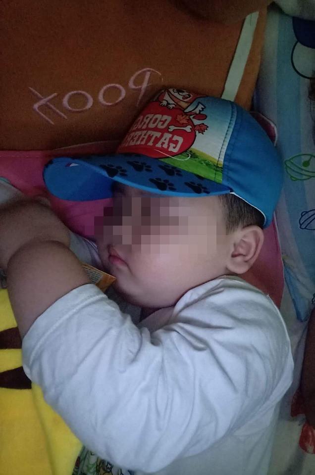 Được mua xe đạp mới, em bé xách lên giường ngủ cùng, tay vẫn giữ chặt không rời - ảnh 2