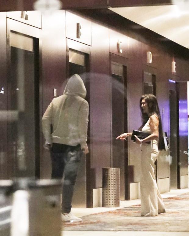 Phốt căng: Đi đá bóng xa vợ, huyền thoại MU lén lút ôm ấp rồi vào chung thang máy khách sạn cùng gái lạ - Ảnh 7.