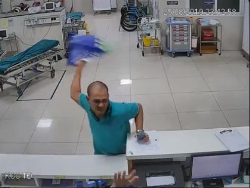 Lại thêm vụ ma men lao vào hành hung nhân viên y tế - Ảnh 1.