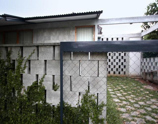 Nhà cấp 4 có nét đẹp thanh xuân từ cây cỏ phủ xanh bê tông thô cứng với chi phí 345 triệu - Ảnh 2.