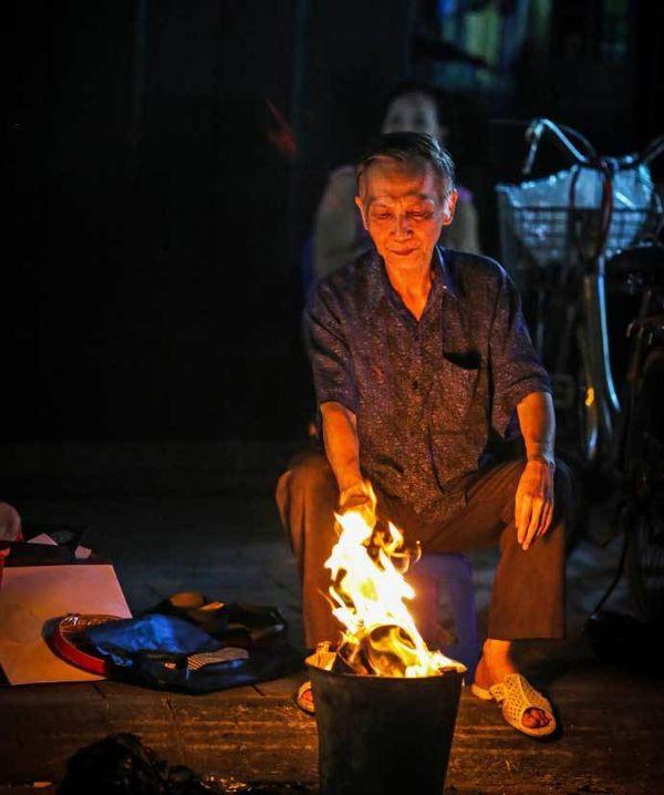 Báo Tây sửng sốt vì đồ xa xỉ dành cho các vong hồn ở Việt Nam - Ảnh 4.