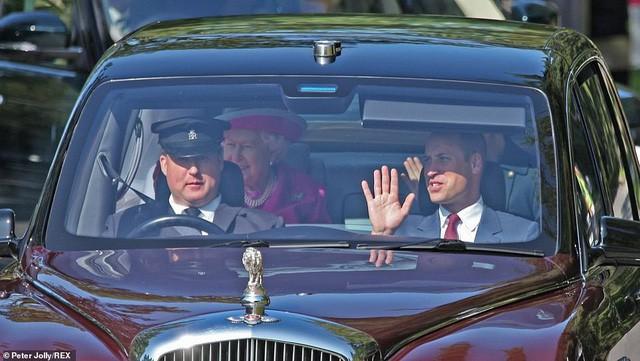 Công nương Kate tái xuất rạng rỡ bên Nữ hoàng Anh cùng gia đình chồng, còn em dâu Meghan Markle lặn mất hút sau một loạt vụ lùm xùm - Ảnh 5.