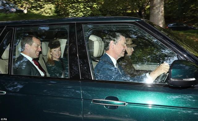 Công nương Kate tái xuất rạng rỡ bên Nữ hoàng Anh cùng gia đình chồng, còn em dâu Meghan Markle lặn mất hút sau một loạt vụ lùm xùm - Ảnh 7.