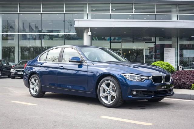 Dọn kho, BMW 320i giảm giá 'kịch khung' 275 triệu đồng: Ngang giá Mercedes-Benz C-Class hàng lướt - Ảnh 1.
