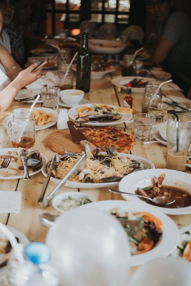 Ở Việt Nam và nước ngoài, nên ăn hết suất hay để thừa lại chút đồ trên đĩa mới là lịch sự? - Ảnh 3.