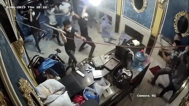Đôi vợ chồng thuê nhóm giang hồ đập phá nhà hàng ở Sài Gòn khai gì? - Ảnh 2.