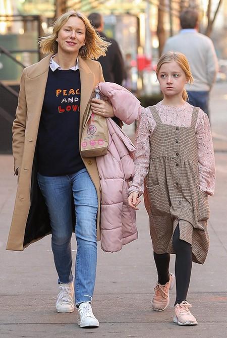 Sự đối lập kỳ lạ giữa con gái Angelina Jolie và con trai Naomi Watts - Ảnh 2.