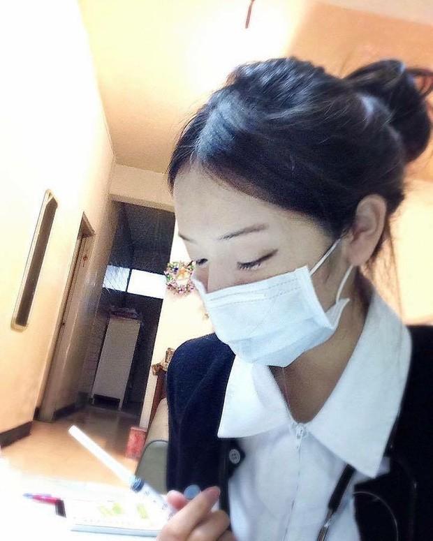 Nữ y tá gây sốt MXH dù đeo khẩu trang kín mít, hình ảnh nóng bỏng ngoài đời càng thu hút - ảnh 1