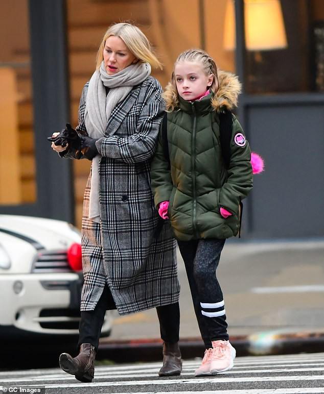 Sự đối lập kỳ lạ giữa con gái Angelina Jolie và con trai Naomi Watts - Ảnh 4.