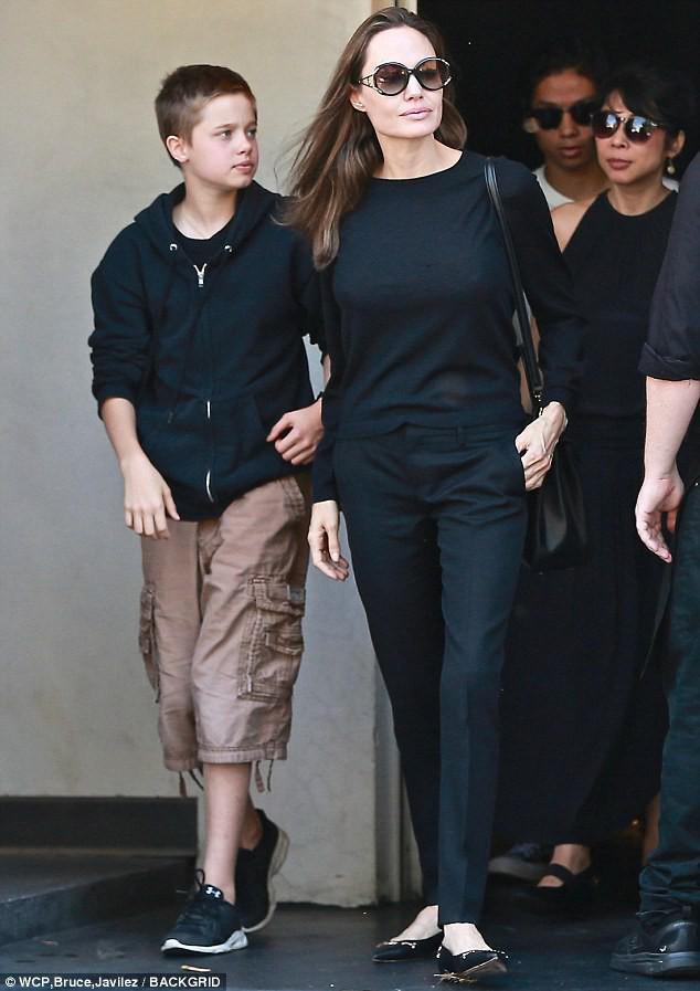 Sự đối lập kỳ lạ giữa con gái Angelina Jolie và con trai Naomi Watts - Ảnh 6.
