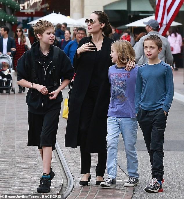 Sự đối lập kỳ lạ giữa con gái Angelina Jolie và con trai Naomi Watts - Ảnh 7.