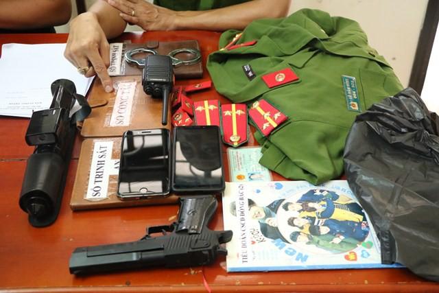 Mua súng, quần áo công an về diện để lừa nữ đại gia hàng tỷ đồng  - Ảnh 1.