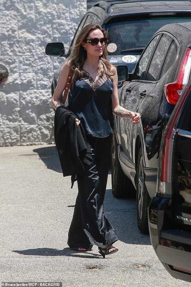 Trước khi xuất hiện với diện mạo gầy gò, Angelina Jolie từng khiến vạn người mê mẩn nhờ vẻ ngoài nóng bỏng tràn đầy sức sống đến thế này - Ảnh 1.