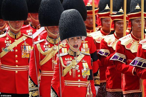 Nữ y tá quỳ rạp trước Nhà vua Thái Lan trong lễ sắc phong thành Hoàng quý phi - Ảnh 2.