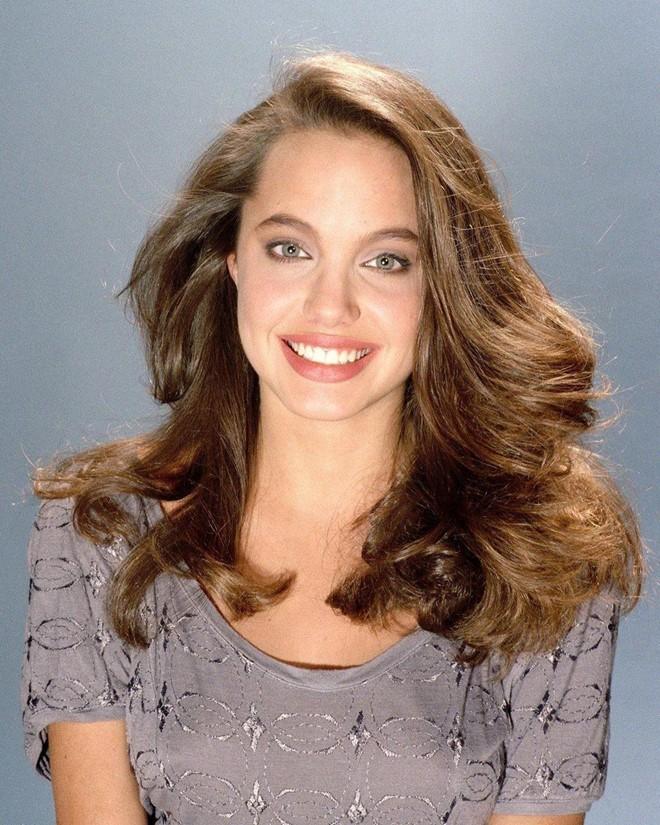 Trước khi xuất hiện với diện mạo gầy gò, Angelina Jolie từng khiến vạn người mê mẩn nhờ vẻ ngoài nóng bỏng tràn đầy sức sống đến thế này - Ảnh 14.