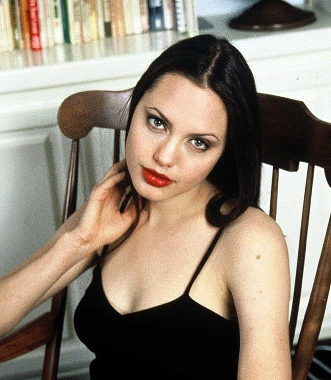 Trước khi xuất hiện với diện mạo gầy gò, Angelina Jolie từng khiến vạn người mê mẩn nhờ vẻ ngoài nóng bỏng tràn đầy sức sống đến thế này - Ảnh 16.