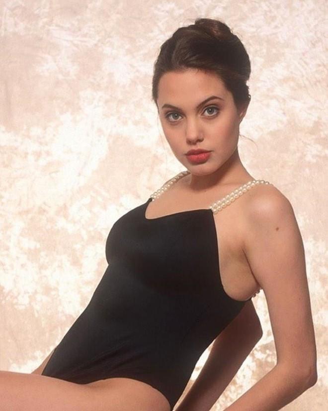 Trước khi xuất hiện với diện mạo gầy gò, Angelina Jolie từng khiến vạn người mê mẩn nhờ vẻ ngoài nóng bỏng tràn đầy sức sống đến thế này - Ảnh 17.