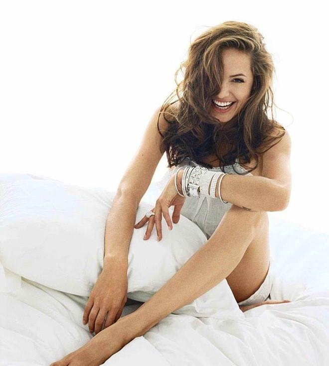 Trước khi xuất hiện với diện mạo gầy gò, Angelina Jolie từng khiến vạn người mê mẩn nhờ vẻ ngoài nóng bỏng tràn đầy sức sống đến thế này - Ảnh 19.