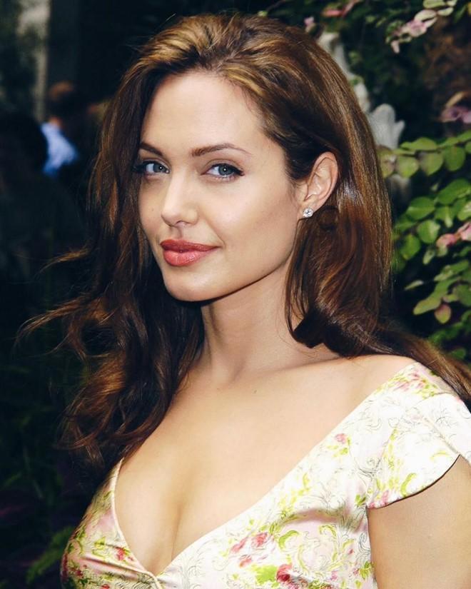 Trước khi xuất hiện với diện mạo gầy gò, Angelina Jolie từng khiến vạn người mê mẩn nhờ vẻ ngoài nóng bỏng tràn đầy sức sống đến thế này - Ảnh 3.