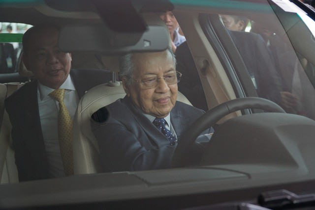Chủ tịch Vingroup tiết lộ tốc độ gây sốc của Thủ tướng 94 tuổi lái xe Vinfast: 120 km/h - Ảnh 1.