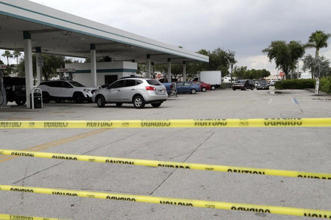 Dân Mỹ càn quét siêu thị, cây xăng trước khi bão Dorian đổ bộ - Ảnh 1.