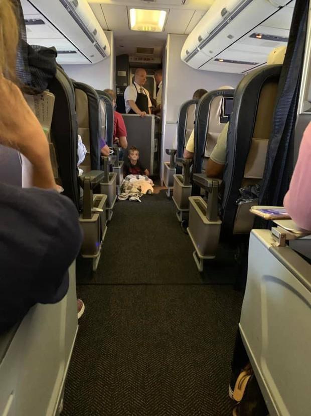 Cậu bé 4 tuổi tự kỷ liên tục quậy phá, làm phiền hành khách trên chuyến bay nhưng cách cư xử của những người lớn văn minh khiến người mẹ ấm lòng - Ảnh 2.