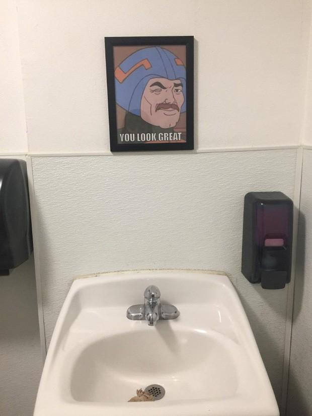 Những chiếc gương thần theo phong cách chả hiểu sao khiến bạn không muốn bước chân vào nhà vệ sinh lần nào nữa - Ảnh 6.