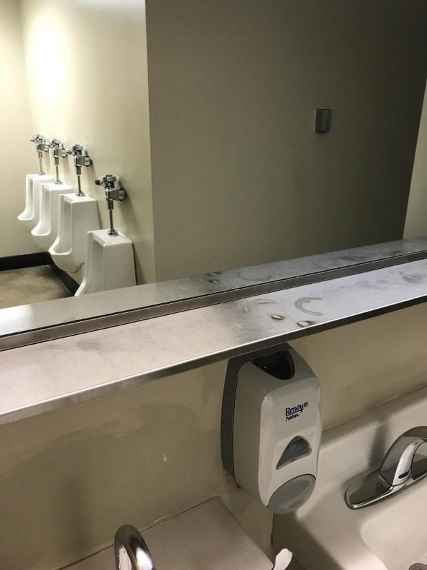 Những chiếc gương thần theo phong cách chả hiểu sao khiến bạn không muốn bước chân vào nhà vệ sinh lần nào nữa - Ảnh 10.