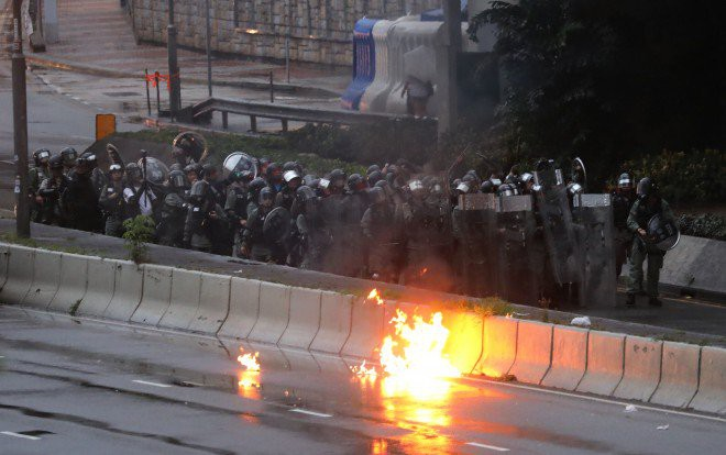 Rạng sáng nay, cảnh sát vũ trang và công an Trung Quốc tiếp tục dồn quân về sát Hồng Kông - Ảnh 4.