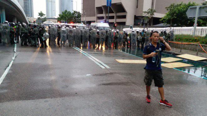 Rạng sáng nay, cảnh sát vũ trang và công an Trung Quốc tiếp tục dồn quân về sát Hồng Kông - Ảnh 6.