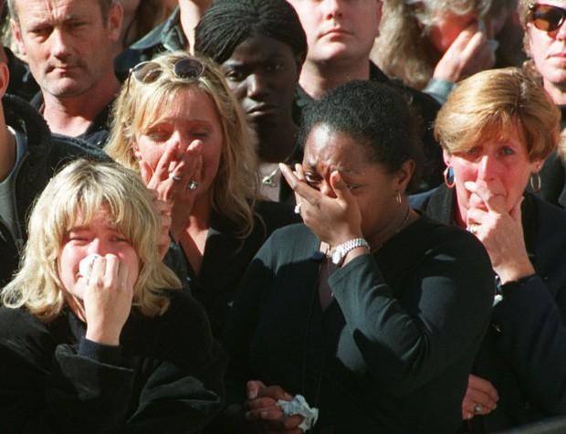 22 năm ngày mất của Công nương Diana quá cố: Nhiếp ảnh gia tiết lộ chi tiết đau lòng trong đám tang lịch sử - Ảnh 2.