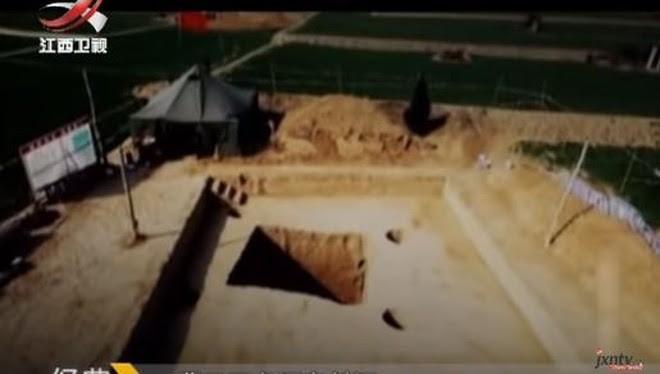 Mở nắp quan tài ở ngôi mộ 3000 năm tuổi, nhà khảo cổ kinh ngạc vì thứ tìm thấy bên trong - Ảnh 2.