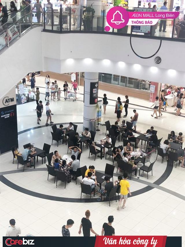 Văn hóa công ty nhìn từ cái chỉ tay đuổi khách dưới cơn dông ở Grand Plaza đến những bộ bàn ghế Aeon Mall mời khách ngồi tránh nóng - Ảnh 3.