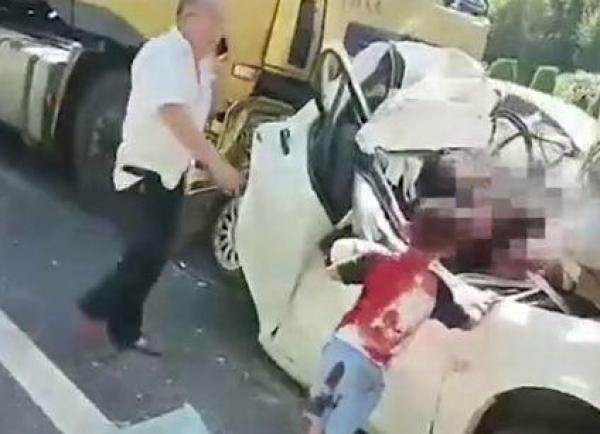 Tai nạn tông xe khiến đôi vợ chồng tử vong, 2 con may mắn sống sót và câu nói của đứa trẻ lớn hơn khiến ai nghe cũng xót xa - Ảnh 1.
