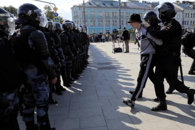 Biểu tình tiếp diễn tại Nga, gần 700 người bị bắt - Ảnh 2.