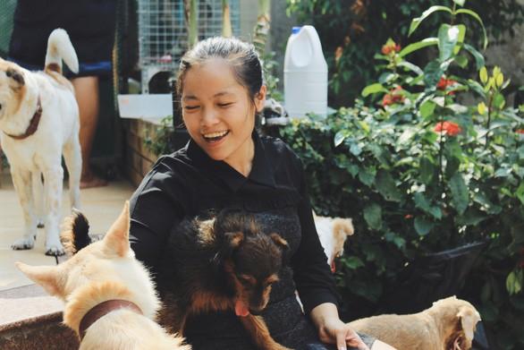 Trấn Thành xúc động trước cô gái hi sinh tuổi trẻ, dám đi xe máy 8 tiếng để cứu những chú chó bị bỏ rơi - Ảnh 1.