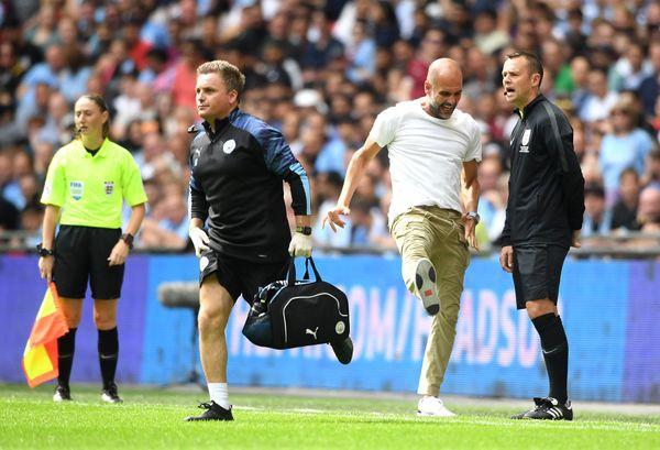 Nổi cáu với trọng tài, HLV Pep Guardiola bất ngờ đi vào lịch sử bóng đá Anh - Ảnh 1.