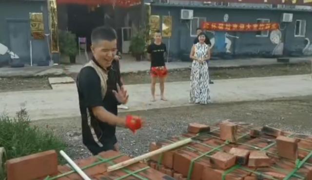 """Võ sư Vịnh Xuân, Thái Cực bị """"ném đá"""" vì diễn trò chặt gạch sau trận đấu hài hước - Ảnh 2."""
