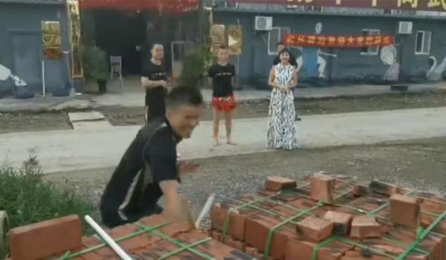 """Võ sư Vịnh Xuân, Thái Cực bị """"ném đá"""" vì diễn trò chặt gạch sau trận đấu hài hước - Ảnh 3."""