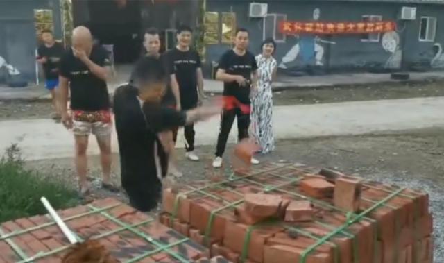 """Võ sư Vịnh Xuân, Thái Cực bị """"ném đá"""" vì diễn trò chặt gạch sau trận đấu hài hước - Ảnh 4."""