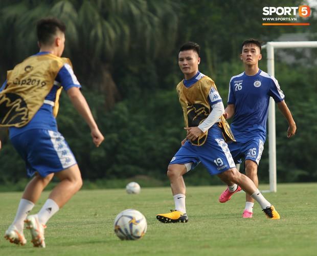 Quang Hải va chạm cực gắt với Duy Mạnh, bỏ dở buổi tập của Hà Nội FC chiều 06/08 - Ảnh 1.
