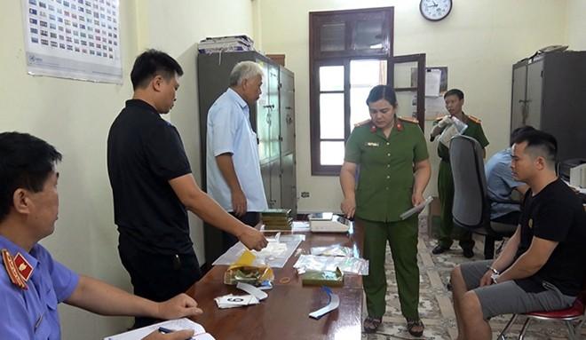 Bắt 3 đối tượng ở Cao Bằng, thu giữ 6 bánh heroin cùng 2 khẩu súng - Ảnh 1.
