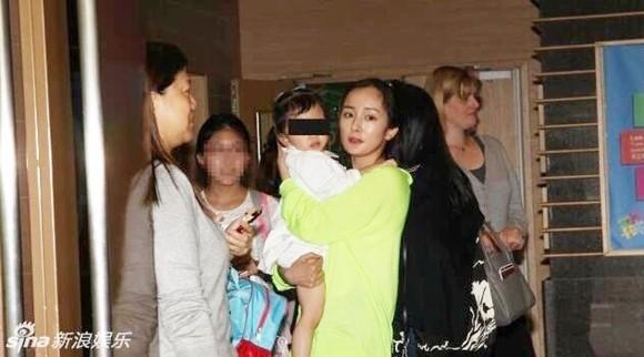 Hậu phân chia tài sản với chồng cũ Lưu Khải Uy, Dương Mịch gây tranh cãi vì có thái độ lạnh nhạt với con gái ruột - Ảnh 3.