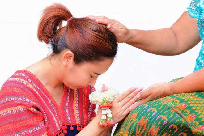 Khi Hoa hậu đội vương miện quỳ lạy cha mẹ: Lòng hiếu thảo của một người con và nét đẹp văn hóa tại đất nước Thái Lan - Ảnh 14.
