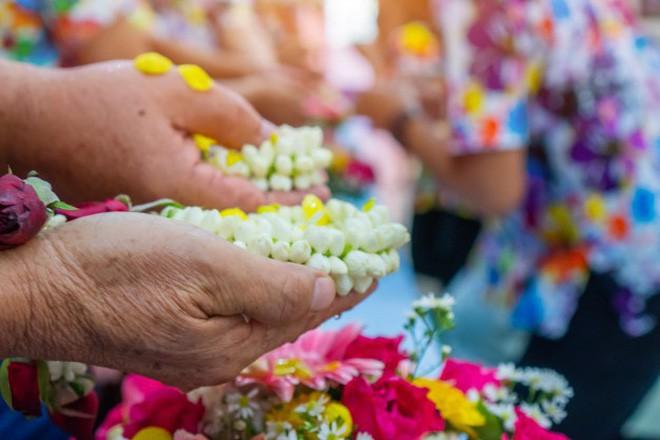 Khi Hoa hậu đội vương miện quỳ lạy cha mẹ: Lòng hiếu thảo của một người con và nét đẹp văn hóa tại đất nước Thái Lan - Ảnh 15.
