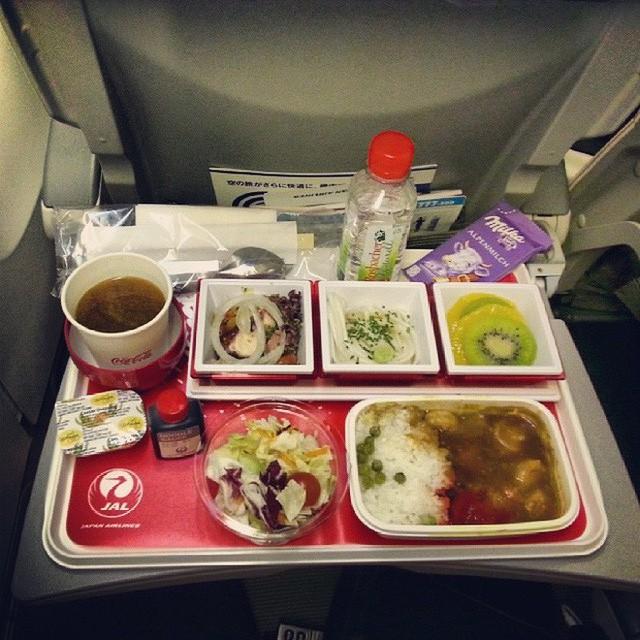 Muốn biết hạng thương gia sang chảnh hơn ghế thường ra sao, cứ nhìn bữa ăn của 19 hãng bay nổi tiếng này sẽ rõ! - Ảnh 15.