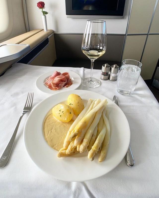Muốn biết hạng thương gia sang chảnh hơn ghế thường ra sao, cứ nhìn bữa ăn của 19 hãng bay nổi tiếng này sẽ rõ! - Ảnh 30.