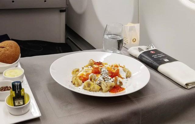 Muốn biết hạng thương gia sang chảnh hơn ghế thường ra sao, cứ nhìn bữa ăn của 19 hãng bay nổi tiếng này sẽ rõ! - Ảnh 35.